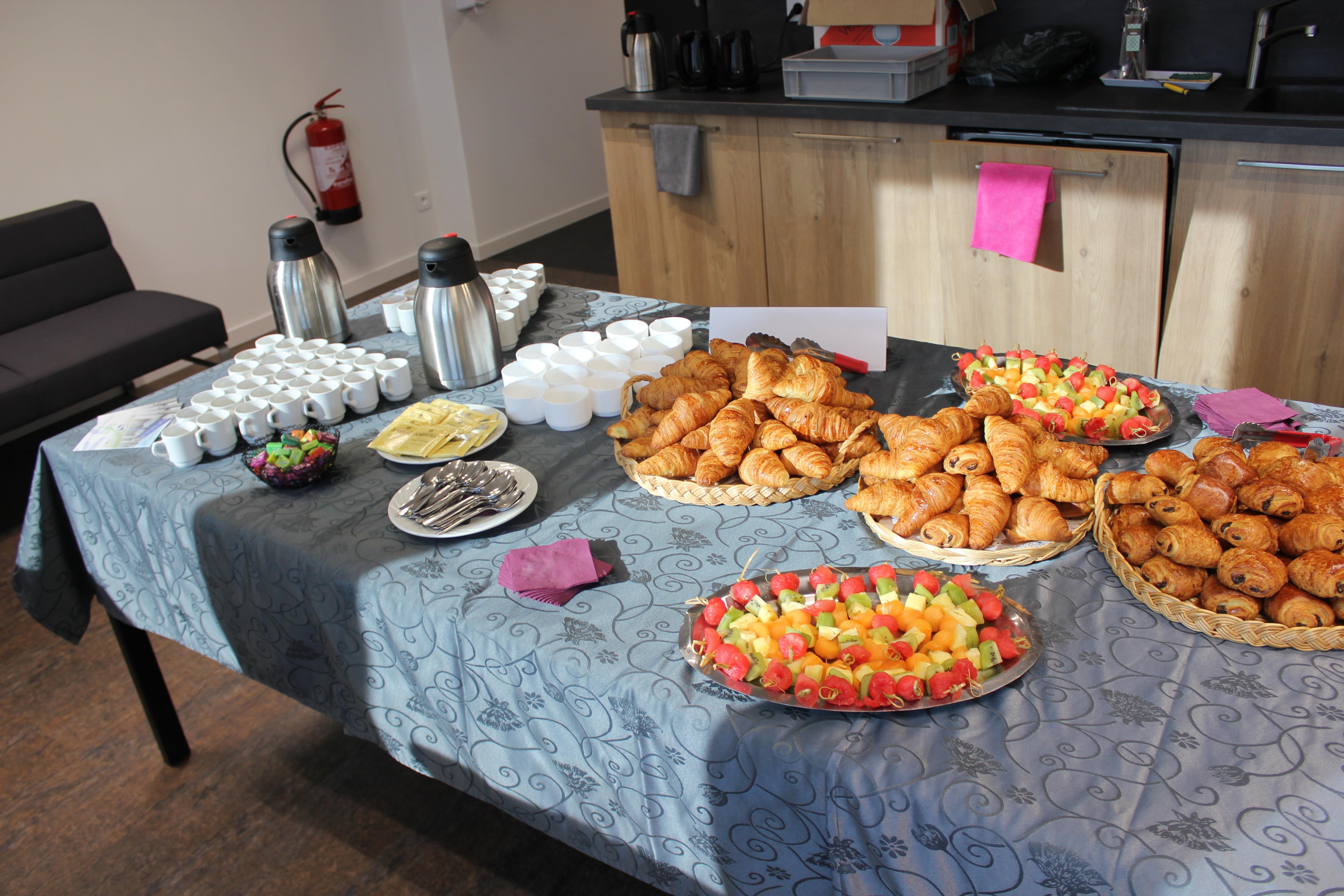 Petit déjeuner, croissants autour de l'atelier handicap psychique, DCA Handicap pour l'insertion professionnelle des personnes en situation de handicap invisible.